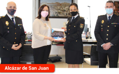 """Rosa Melchor recibe el libro """"Incorporación de la mujer a la Policía Nacional. 40 aniversario. Creciendo en igualdad"""""""