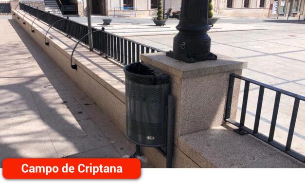 Se incorporan nuevas papeleras al mobiliario urbano de la localidad