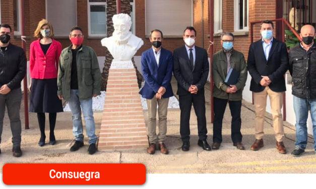 Una nueva estatua de Cervantes en el colegio consaburense que lleva su nombre con motivo del Día del Libro