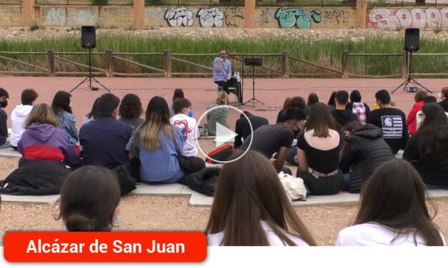 Encuentro literario entre el escritor alcazareño, Santiago Casero, y el alumnado del IES María Zambrano