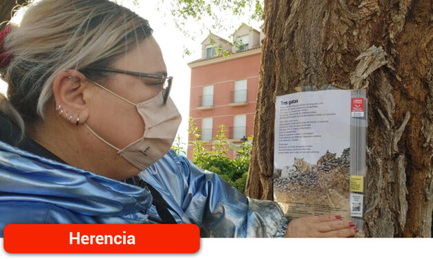 Conmemoración del Día del Libro con la pegada de páginas de lectura en los árboles
