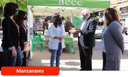 El Ayuntamiento apoya a la AECC en su jornada de cuestación