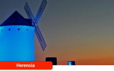 El Ayuntamiento de la localidad ilumina de azul sus molinos por el Día de Europa