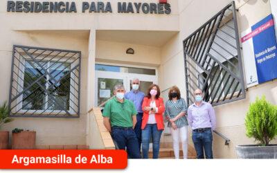 La delegada provincial de Bienestar Social y el alcalde visitan la Residencia de Mayores 'Virgen de Peñarroya'