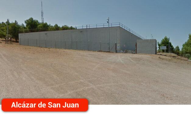 Aguas de Alcázar trabaja en la reparación de una avería en la tubería que abastece al depósito de San Isidro