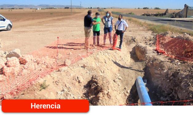 El Gobierno regional renueva más de medio kilómetro de la conducción que abastece de agua a Herencia desde el pozo Palancas