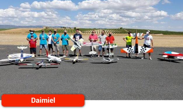 Espectaculares acrobacias en la exhibición de vuelo del Club de Aeromodelismo