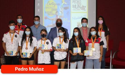 El Ayuntamiento y la Diputación homenajean a los medallistas pedroteños del Campeonato de España de Balonmano Playa