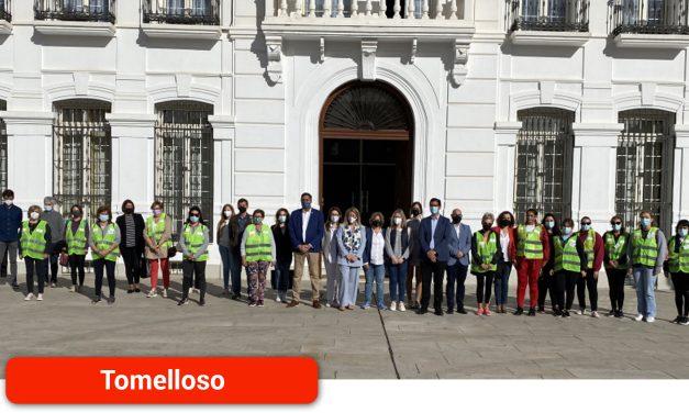 El presidente de la Diputación da la bienvenida a las 14 trabajadoras que se incorporan a la plantilla del programa 'Colegio Seguro'
